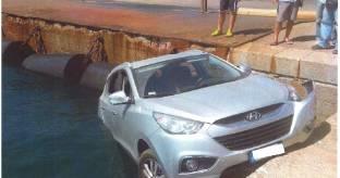Auto sosta in banchina e finisce in mare