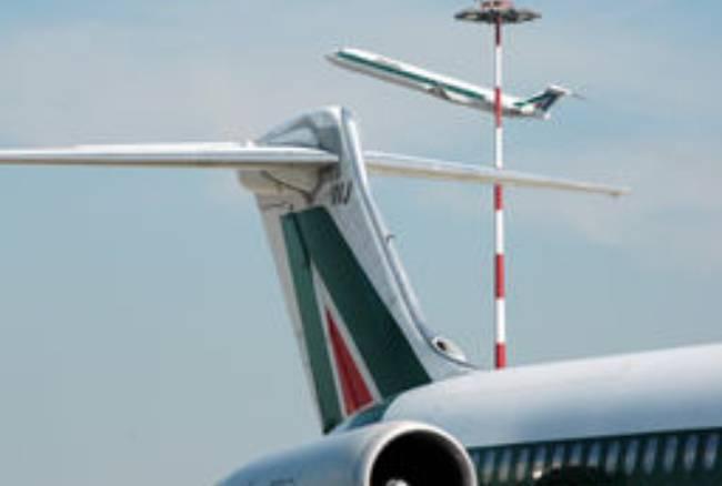 Allarme bomba su un volo Alitalia diretto a Roma: evacuati 135 passeggeri